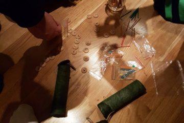 Material för att kommunicera: Bokstavsbrickor, färgade pinnar och klistermärken samt plastpåsar
