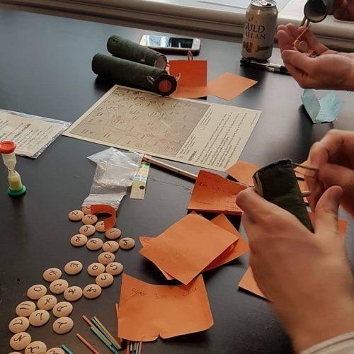 Material för att kommunicera: Bokstavsbrickor, färgade pinnar och klistermärken samt plastpåsar.